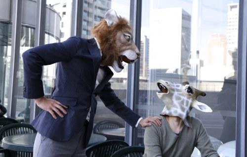 動物のマスクをかぶった人たち
